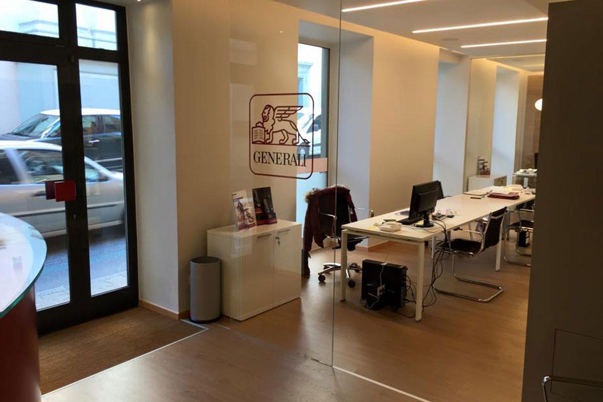 Fornitura arredamento per ufficio assicurazioni generali for Arredamento ufficio design