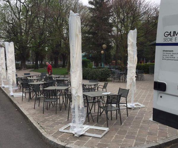 fornitura di sedie e tavoli da esterno per bar a como