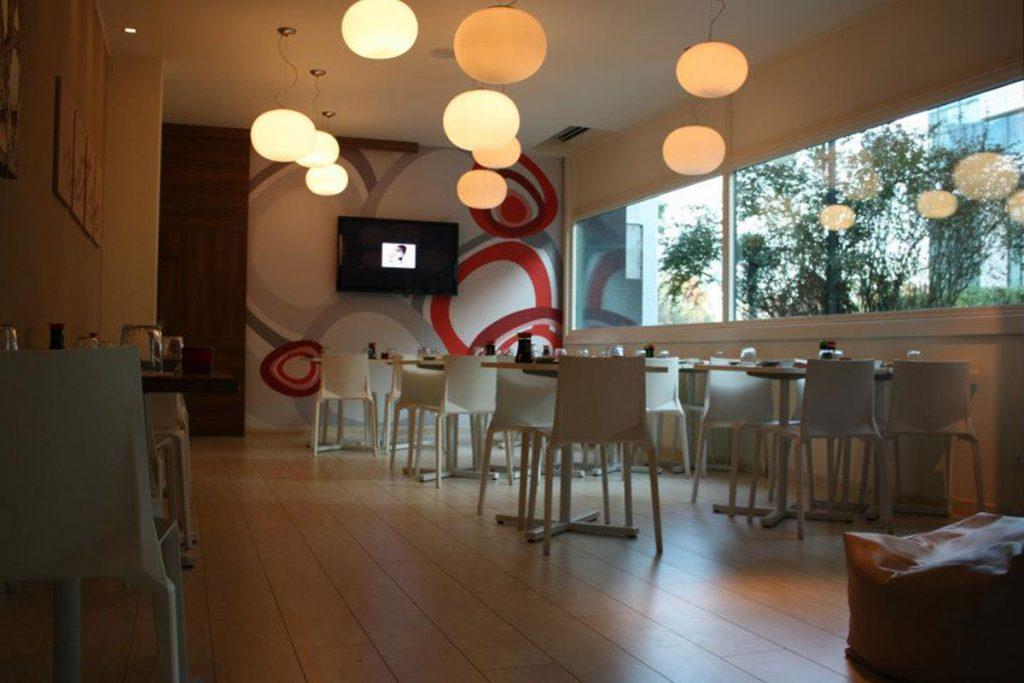 Sedie e tavoli per ristorante mio sushi torri bianche for Pasticceria fumagalli