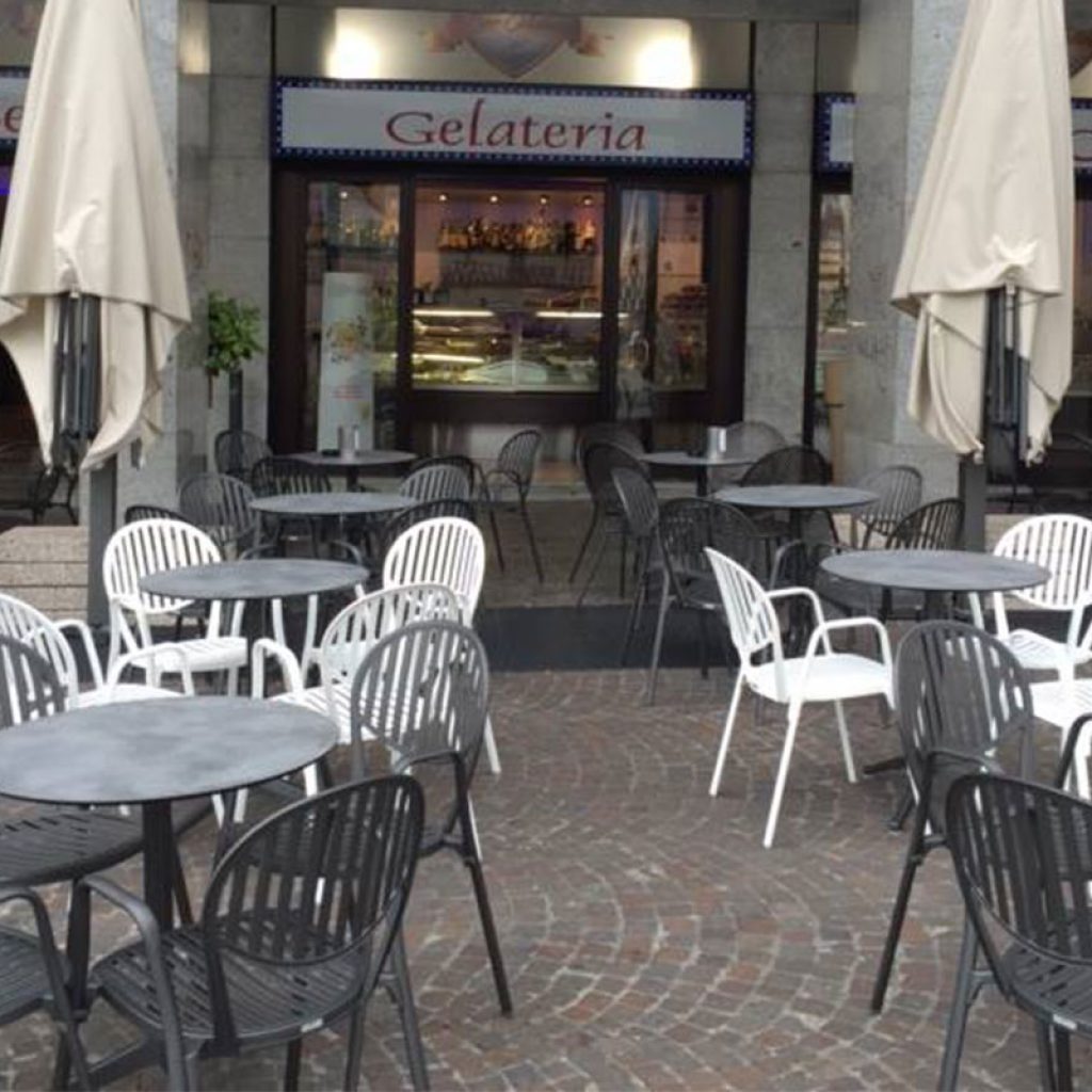 Fornitura di Sedie e Tavoli per Gelateria a Monza ...